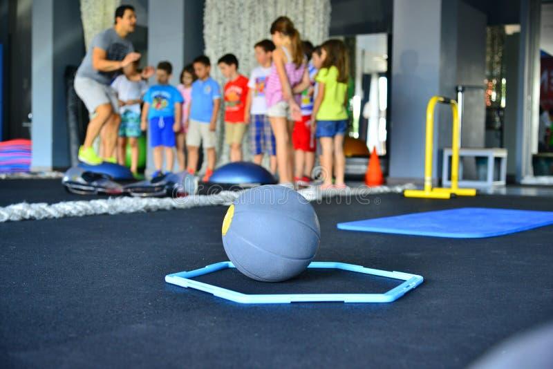Урок детей объектов спортзала аэробный стоковая фотография rf