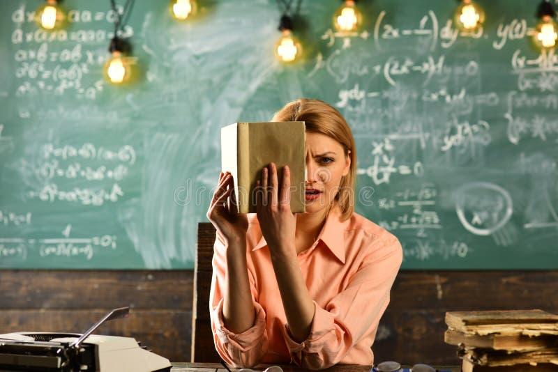 Урок литературы с книгой грамматики Женщина прочитала роман любовной истории в библиотеке Исследование частного детектива информа стоковое изображение rf