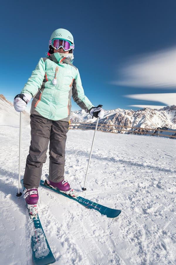 Урок лыжи детей в высокогорной школе Немногое представлять лыжника стоковое изображение