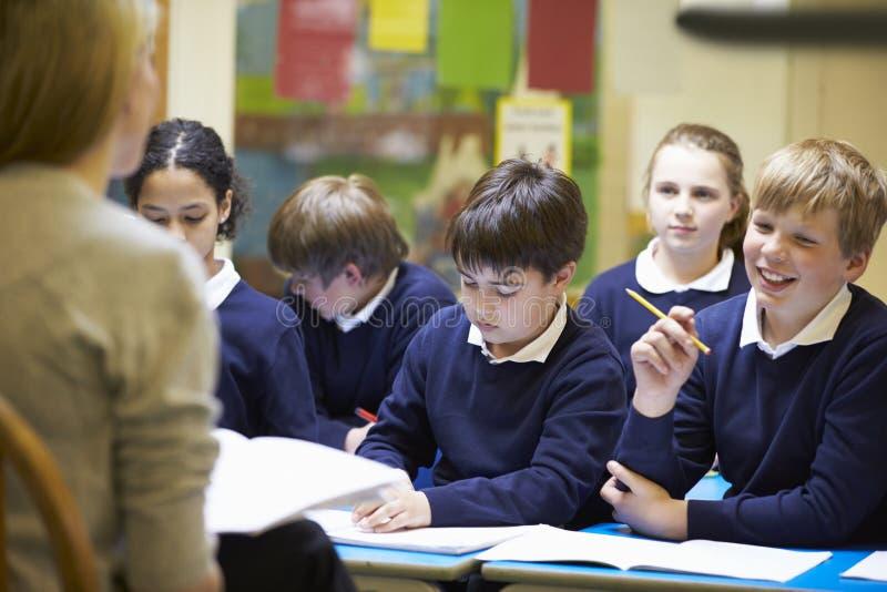Урок учителя уча к зрачкам начальной школы стоковое изображение rf