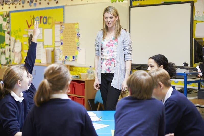 Урок учителя уча к зрачкам начальной школы стоковые изображения rf