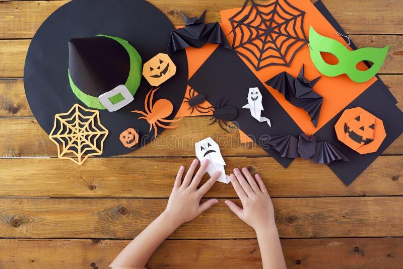 Урок origami creativity Руки детей стоковые фото