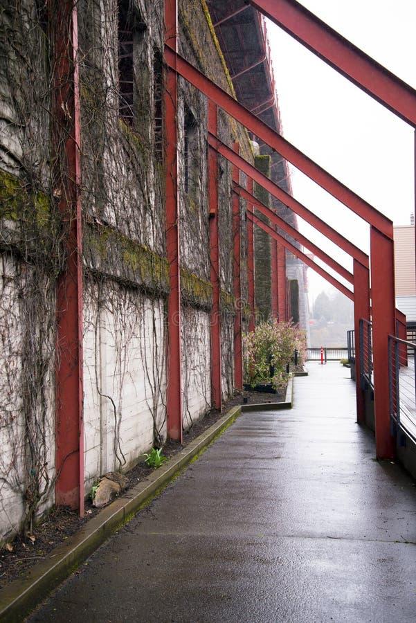 Уродский свод около старой стены в ненастном Портленде стоковое фото