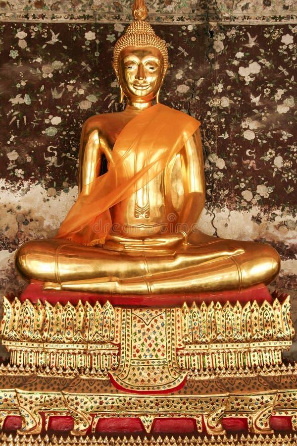Золотистая статуя Бангкок Таиланд Будды стоковое изображение