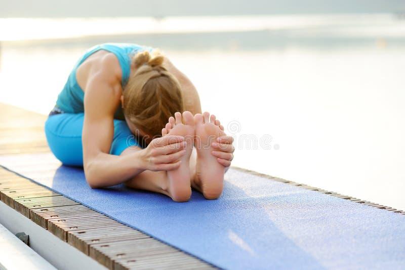 Усаженное переднее положение йоги загиба стоковое изображение rf