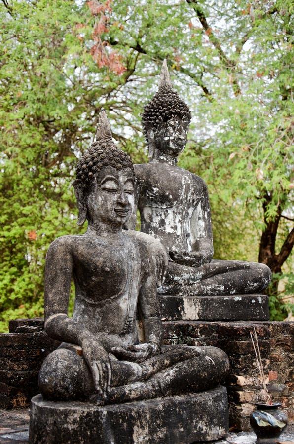 Усаженные статуи Будды в известном парке Sukhothai историческом стоковая фотография