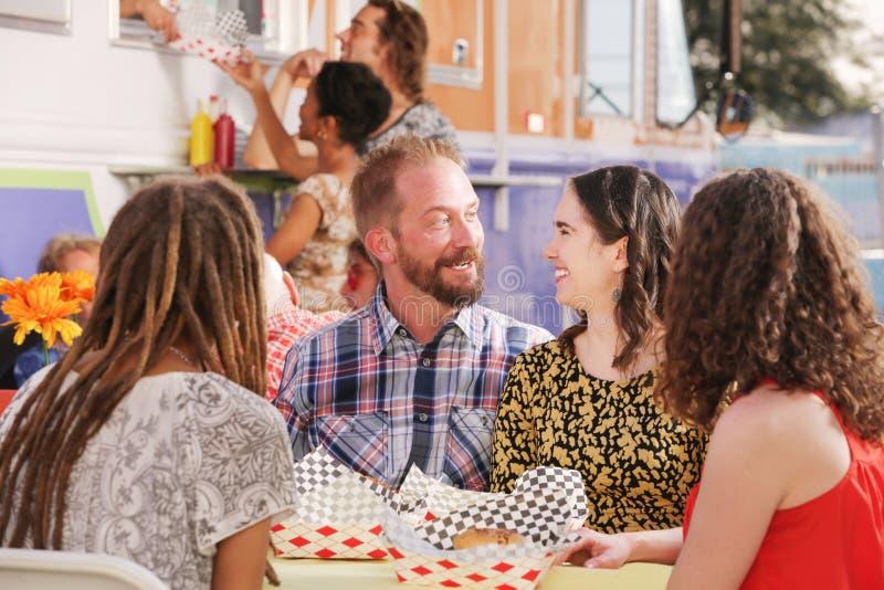 Усаженные счастливые пары на дате обеда стоковые фотографии rf