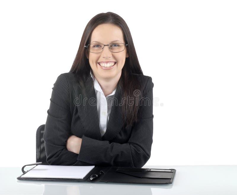 Усаживание женского юриста молодое профессиональное на столе офиса или таблице, вид спереди стоковые фотографии rf