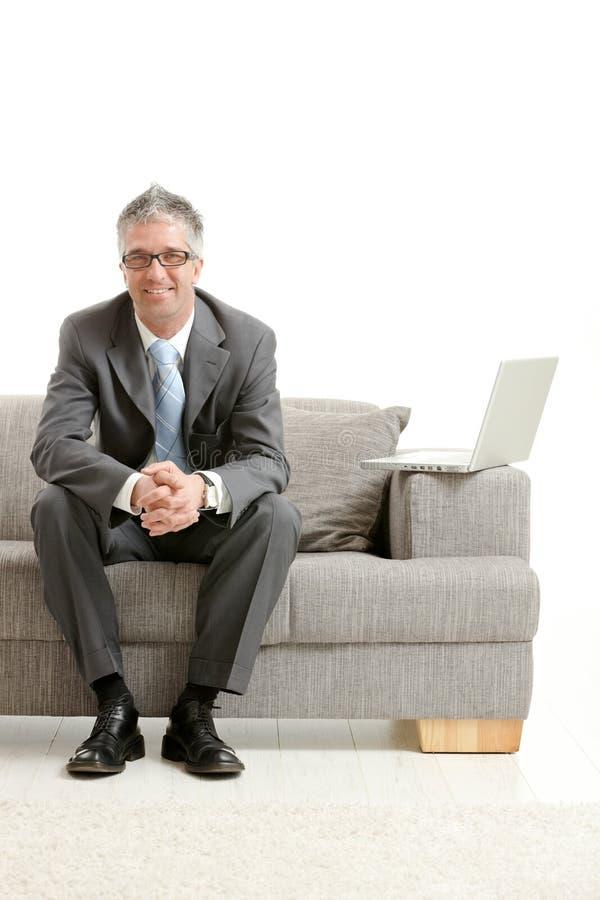 усаживание кресла бизнесмена стоковое изображение rf