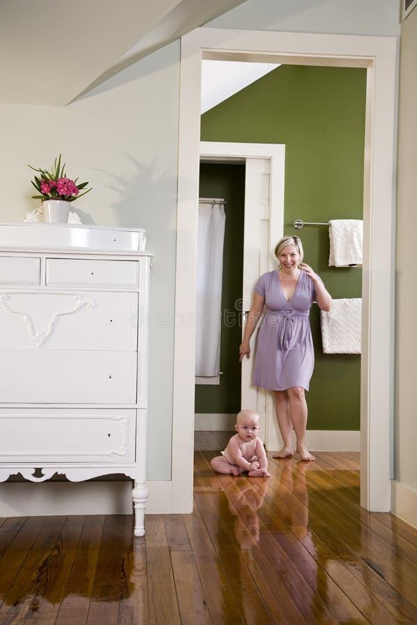 усаживание мати пола младенца счастливое домашнее стоковые изображения