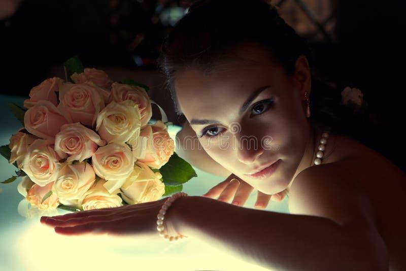 усаживание невесты штанги следующее к стоковые фотографии rf