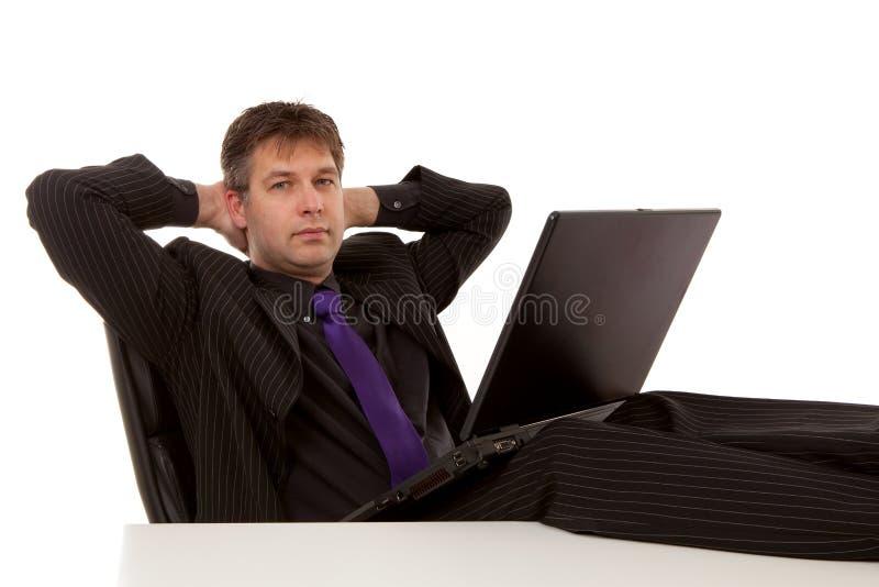 усаживание ослабленное бизнесменом стоковые фото