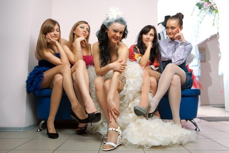 усаживание подруги невесты завистливое стоковое изображение