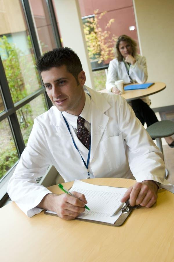 усаживание стационара 2 докторов внешнее стоковое изображение
