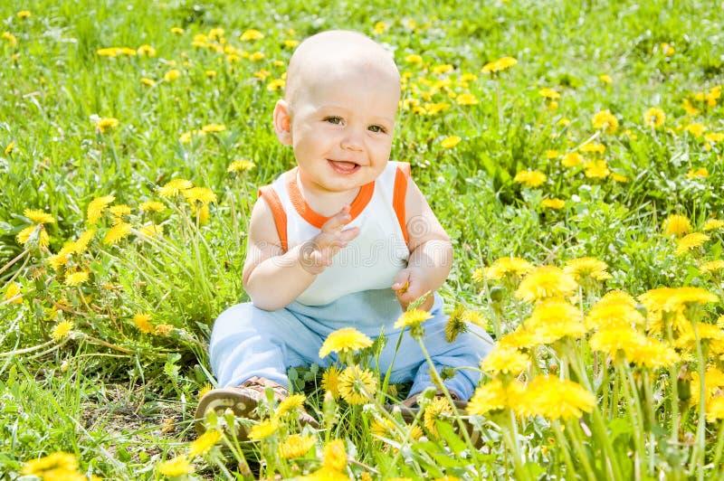 усаживание травы детей младенца стоковые фото
