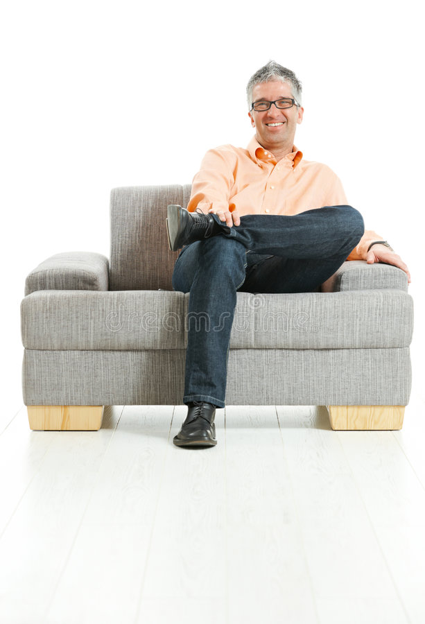 усаживание человека кресла счастливое стоковая фотография