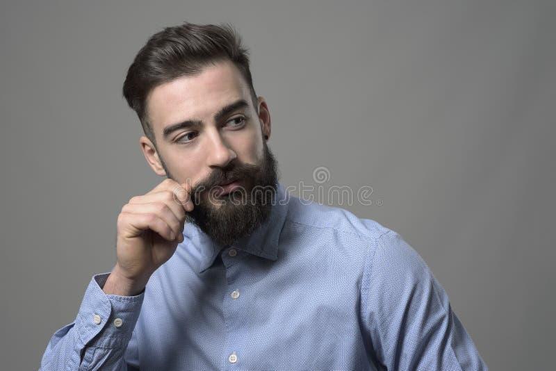 Усик молодого бородатого умного вскользь битника вертясь и смотреть назад над плечом на copyspace стоковые фотографии rf