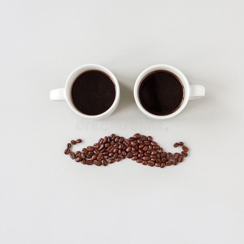 Усик сделанный из кофейных зерен при стекла сделанные из чашек кофе стоковые изображения