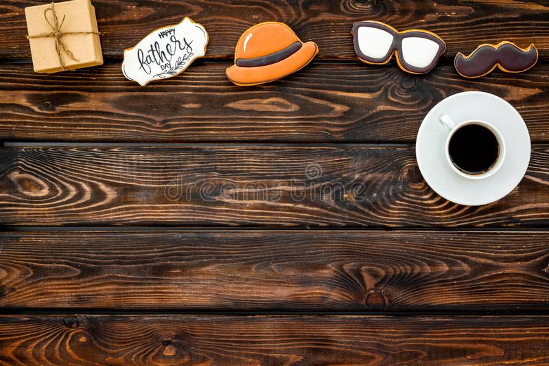 Усик, шляпа, стекла, кофе, подарок и экземпляр для счастливой партии дня отца на деревянном космосе экземпляра взгляда сверху пре стоковые фото