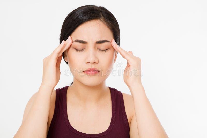 Усиленная вымотанная азиатская японская женщина имея сильную головную боль напряжения Портрет больной девушки страдая от головной стоковое изображение