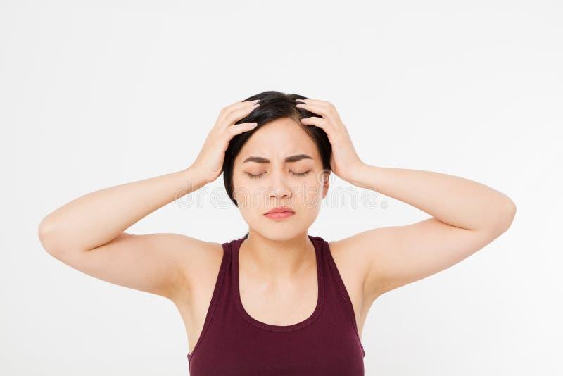 Усиленная вымотанная азиатская японская женщина имея сильную головную боль напряжения Портрет больной девушки страдая от головной стоковые изображения rf