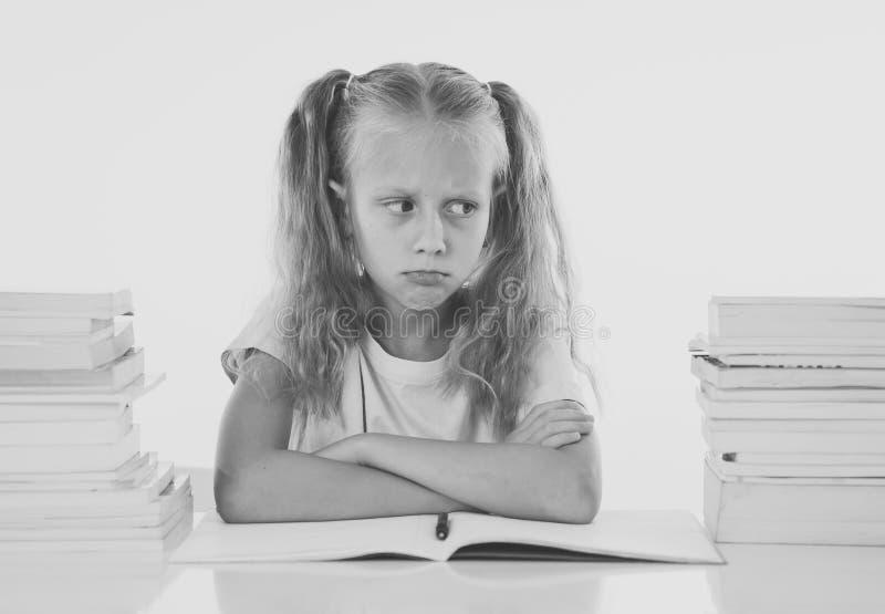 Усиленная школьница сокрушанная с слишком много изучать и школы домашней работы hatting стоковое фото