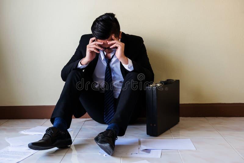 Усиленный азиатский бизнесмен получает увольнянным стоковое фото