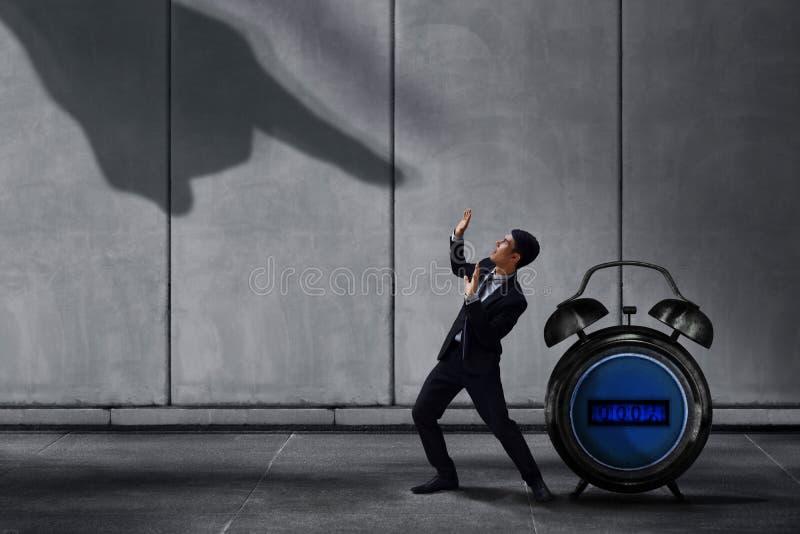 Усиленный бизнесмен внутри под надавленной концепцией, малым Pr работника стоковое фото