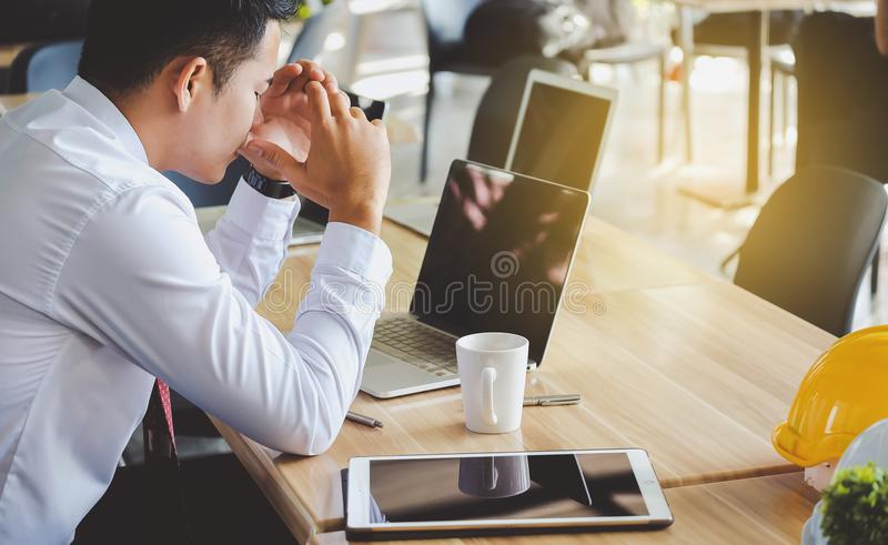 Усиленный бизнесмен имея проблемы и головную боль на работе стоковое изображение