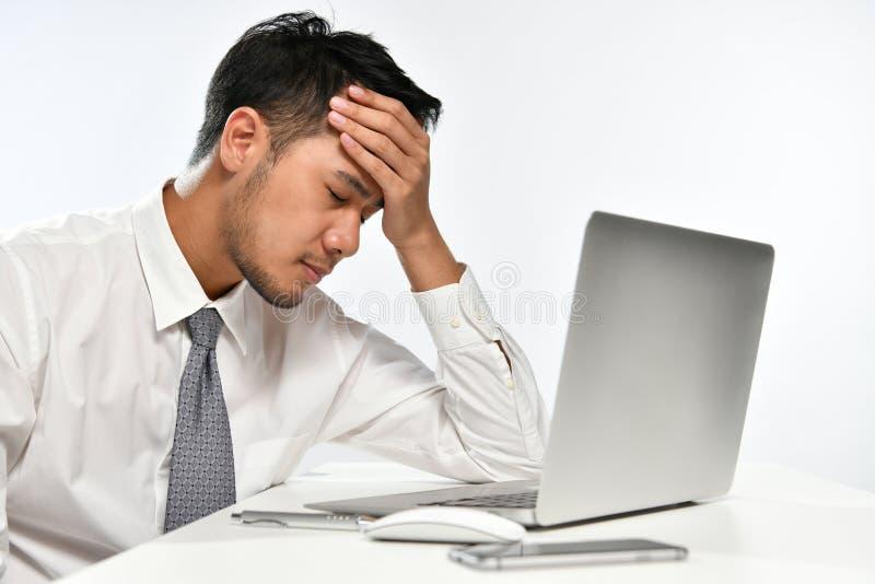 Усиленный бизнесмен отдыхая его голова в его руке стоковое фото rf