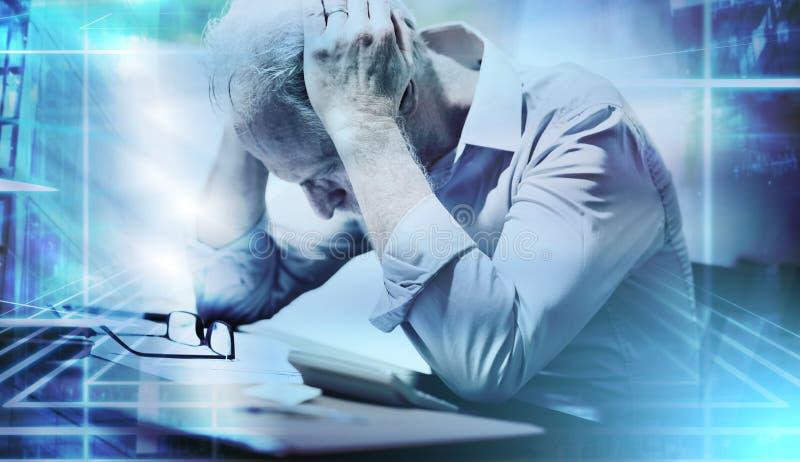 Усиленный бизнесмен сидя в офисе; множественная выдержка стоковое изображение rf