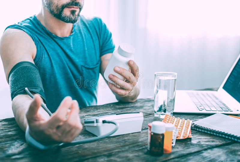 Усиленный серьезный больной человек принимая различные таблетки стоковые изображения rf