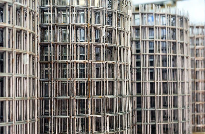 Усиливать сетку в кренах для того чтобы усилить бетон на строительной площадке стоковое фото rf
