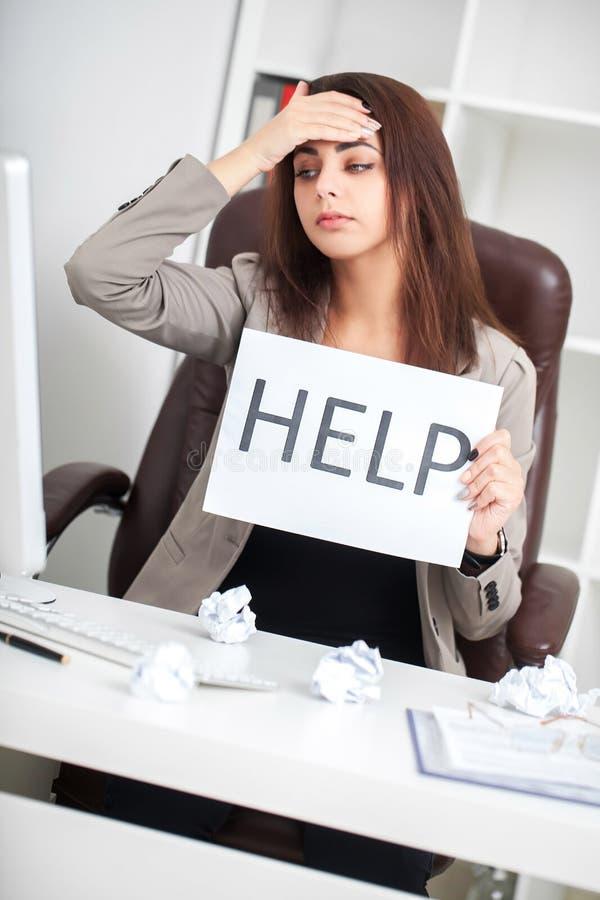 усилие Несчастная молодая бизнес-леди, потребности помогает управлять работой стоковые фото