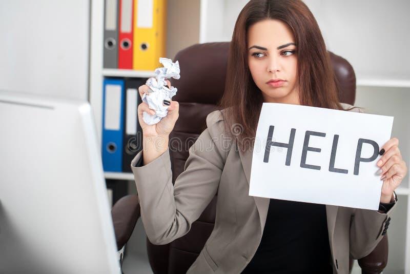 усилие Несчастная молодая бизнес-леди, потребности помогает управлять работой стоковые изображения rf