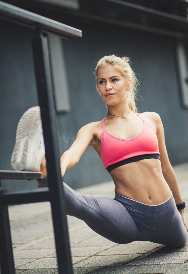 Усильте ваши мышцы путем протягивать стоковое изображение
