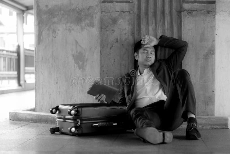 Усиленный азиатский банкрот бизнесмена с сидеть стоковые фотографии rf