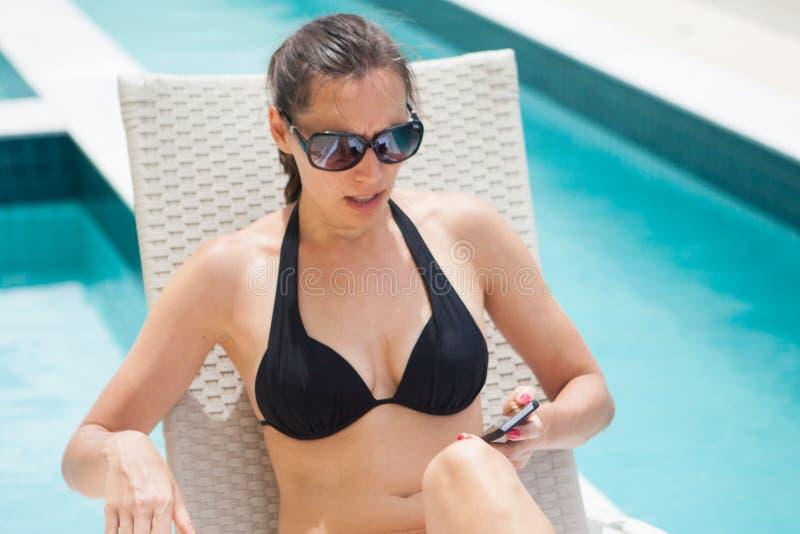 Усиленный массаж чтения женщины на телефоне стоковое фото