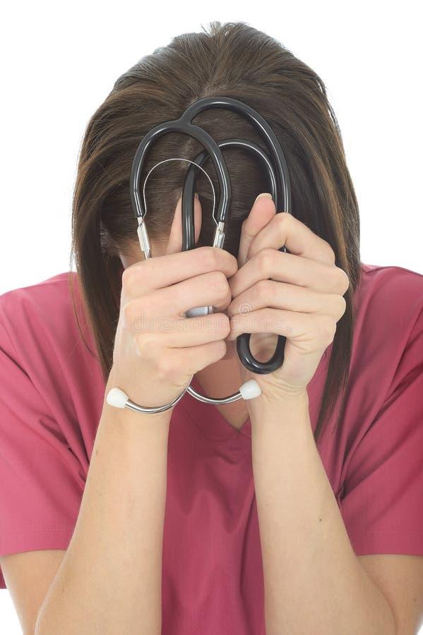 Усиленный расстроенный молодой женский доктор с стетоскопом стоковое изображение
