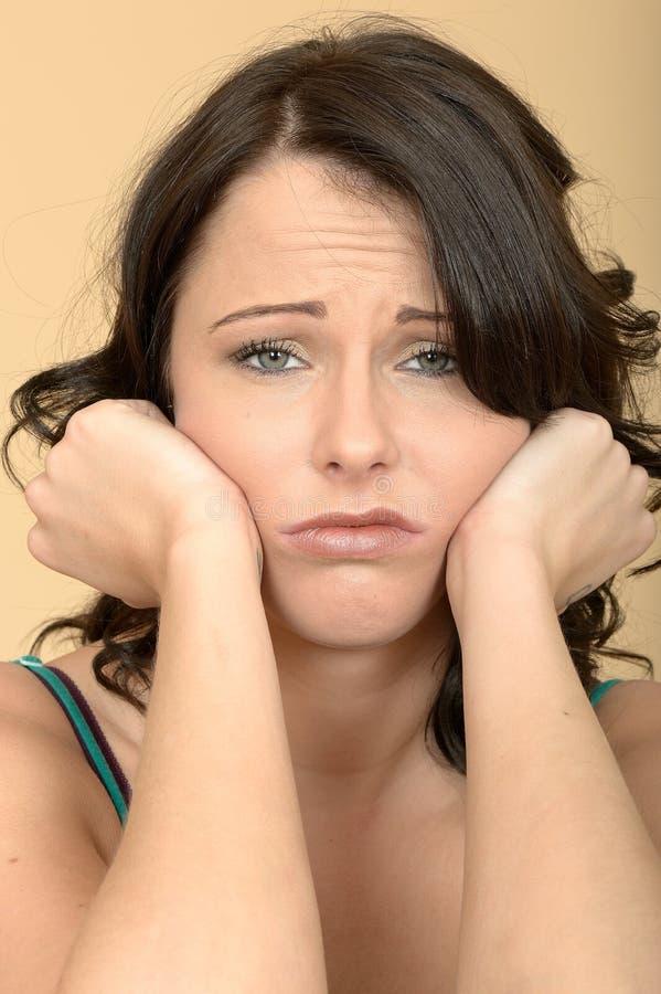 Усиленный тревоженый пробуренный расстроенный портрет молодой женщины стоковое фото rf
