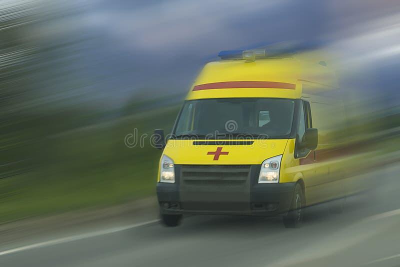 Ускорение автомобиля машины скорой помощи стоковое фото