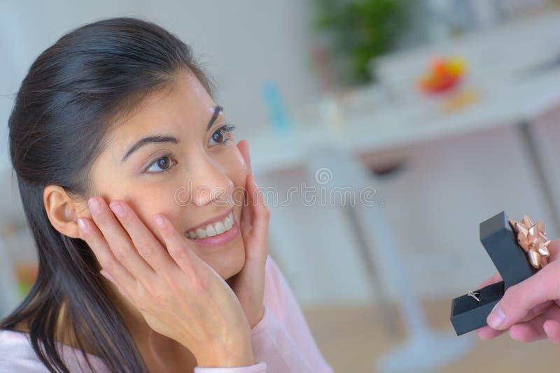 Услаженная женщина будучи предлаганным кольцо стоковое изображение