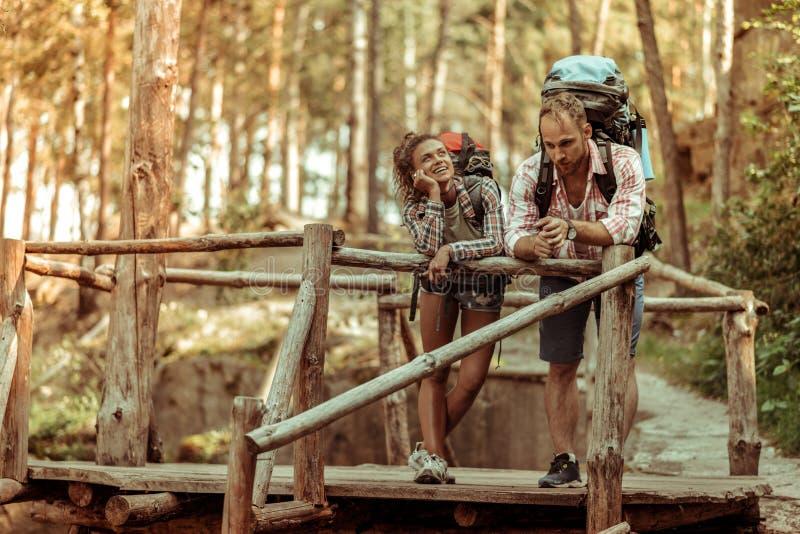 Услаженные положительные пары стоя совместно на мосте стоковое изображение