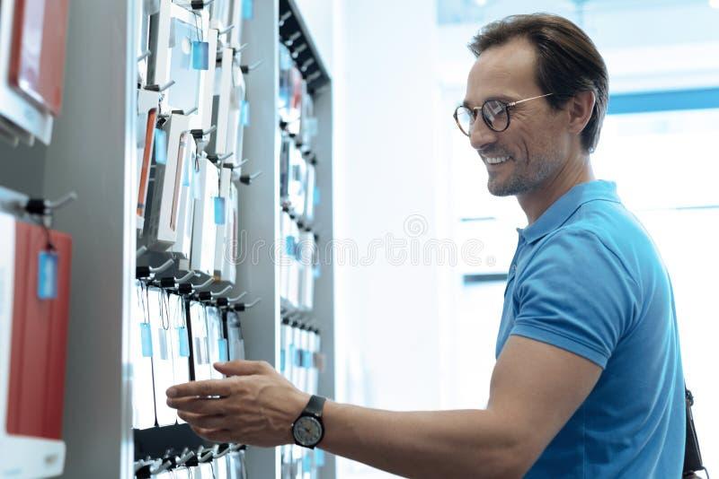 Услаженный клиент смотря ассортимент товаров стоковое изображение rf