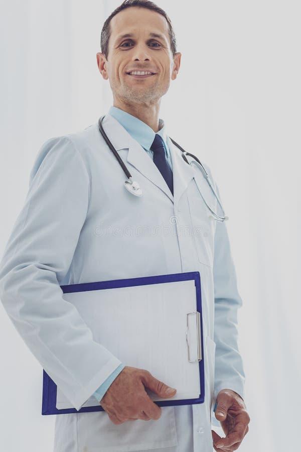 Услаженный практикующий врач нося медицинскую форму стоковые фото