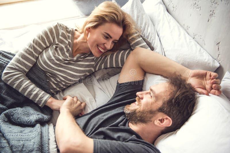 Услаженный супруг прижимается на подушках стоковые изображения rf