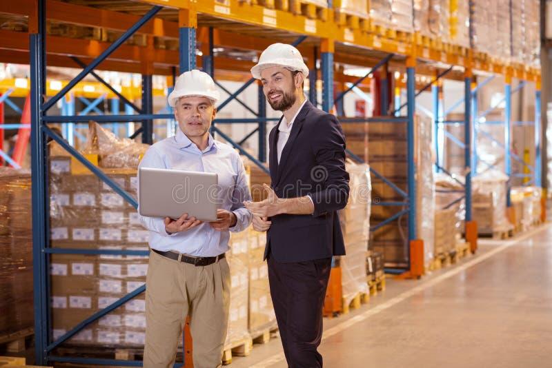Услаженный умный бизнесмен имея переговор с его менеджером стоковое изображение
