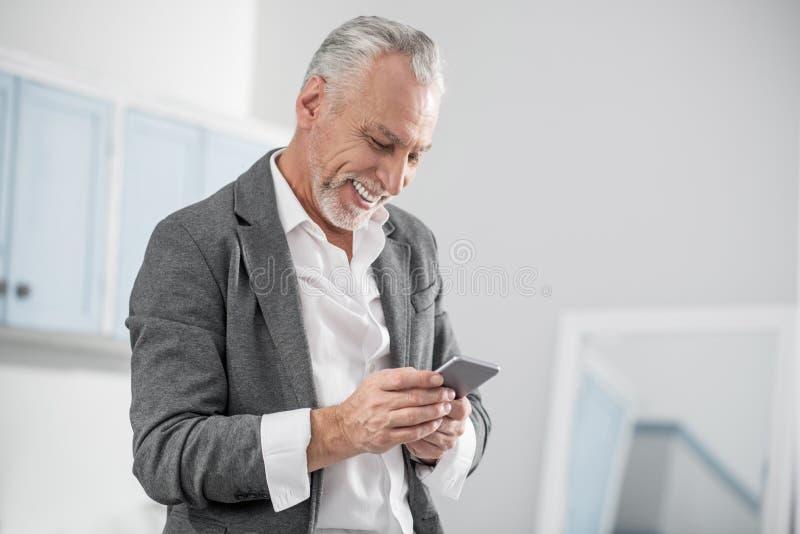 Услаженный человек читая приятное сообщение стоковое изображение rf