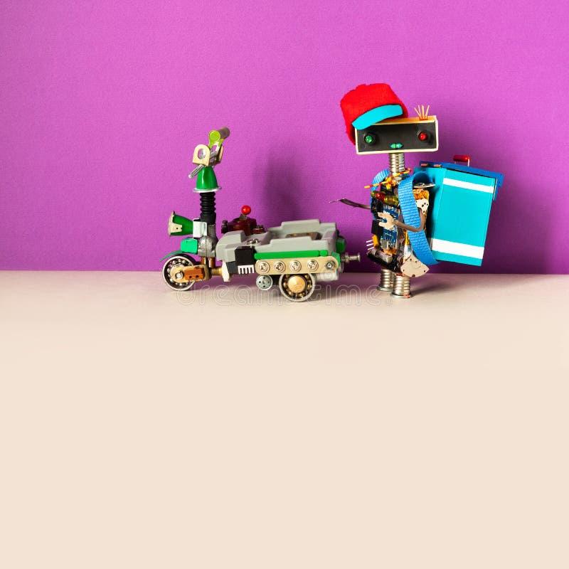 Услуги по экспресс-доставке пиццы Забавный хипстер-курьер с заказом упакован в термальную сумку Электрический скутер стоковое фото