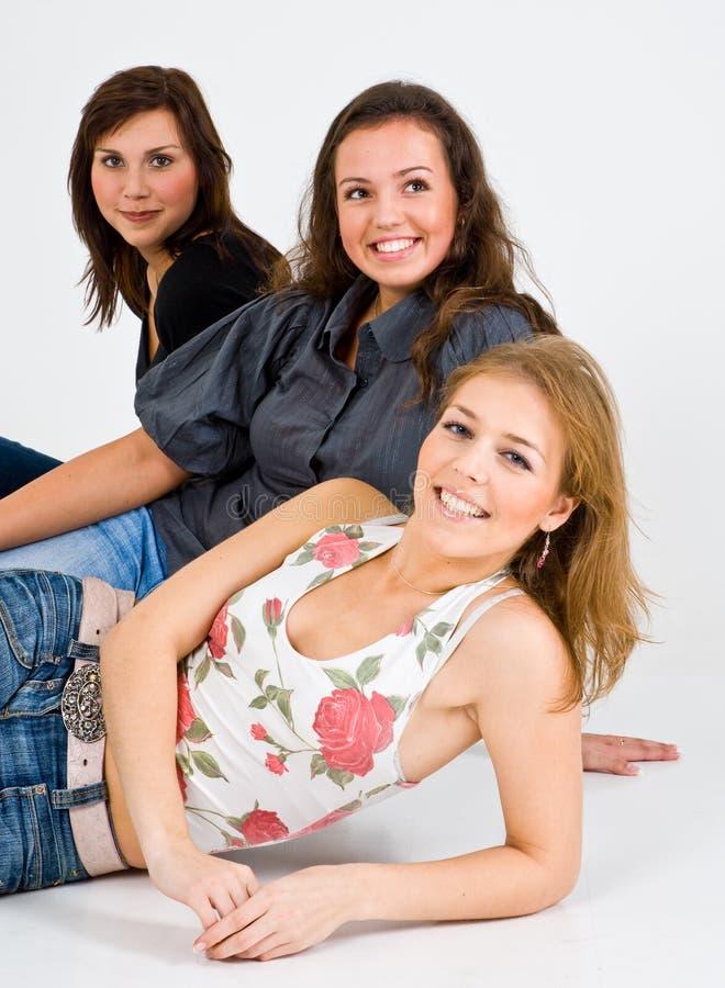 усмедущся 3 женщины стоковое фото